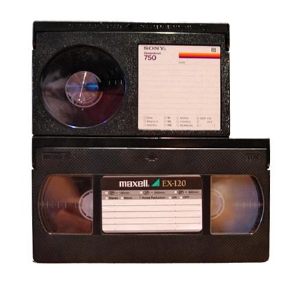 Ở trên là cuộn băng Betamax và bên dưới là VHS